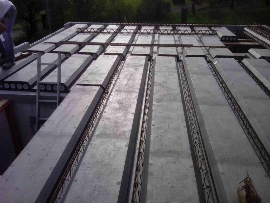Auf die Deckenelemente kommt noch eine Druckplatte aus Beton, ebenfalls mit dem Betonieren der Gitterträger zusammen. In der Regel ist diese Druckplatte 6 cm dick
