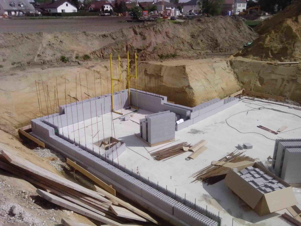 Das Anlegen der ersten Schichten. Die Gründung ist als biegesteife 25 cm starke Bodenplatte ausgebildet. Man spart dabei die Fundamente und hat noch zusätzliche statische Sicherheit
