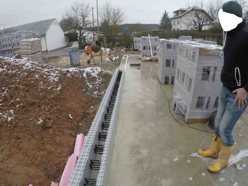 Die erste Steinschicht wird auf besandeter Bitumenpappe oder hier auf einer Dichtschlämme aufgesetzt damit keine Feuchtigkeit in den Betonkern eindringen kann.