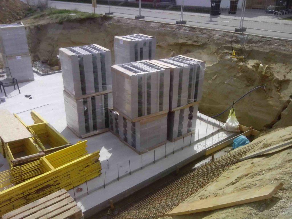 Eine Palette mit den 40er Neoporschalsteinen wiegt 23,72 kg und kann leicht von 2 Personen getragen werden. Die 40er Neopor-Schalsteine sind für Passivhäuser geeignet