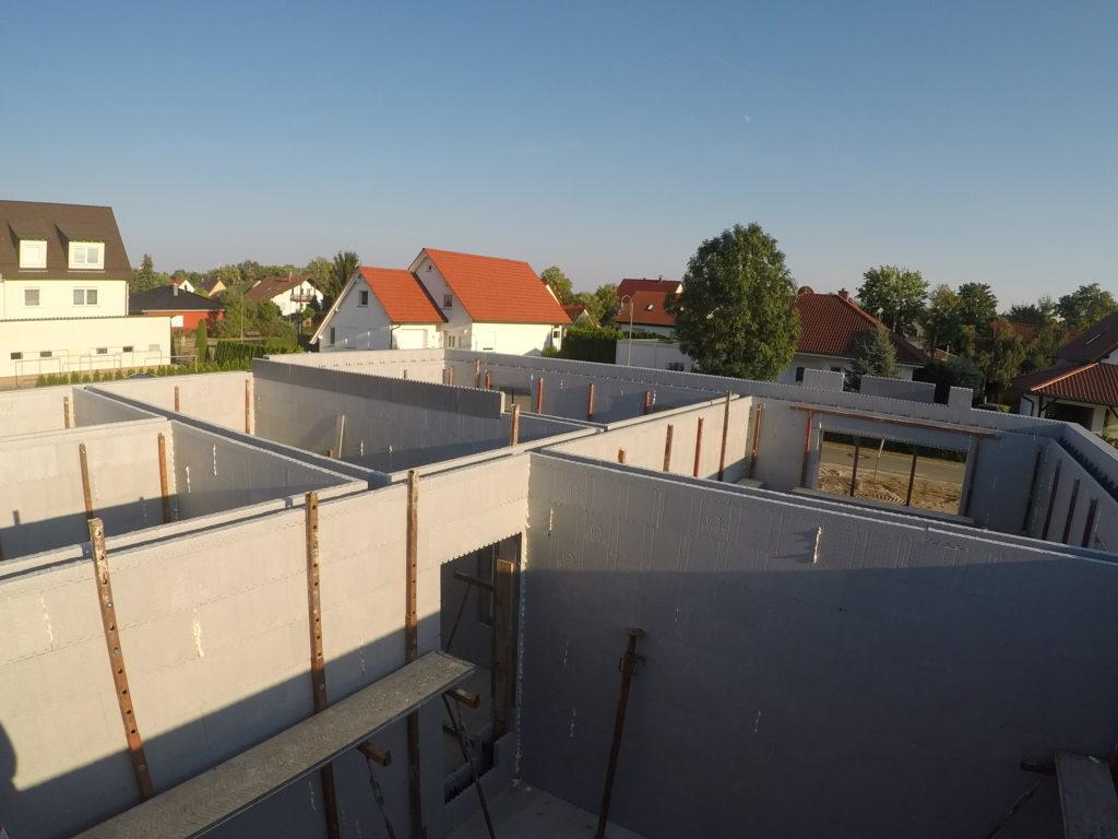 Passivhausstandart außen. Die Wände innen wurden alle als 25er Schalsteine bestellt. Die Befestigung der Stützen wird einfach ins Neopor gedreht.j